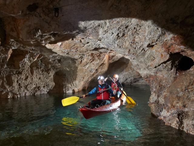 Underground kayaking -Entdecken Sie magische unterirdische Seen